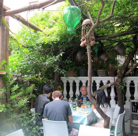 Il Giardiniello: Outside table in the garden