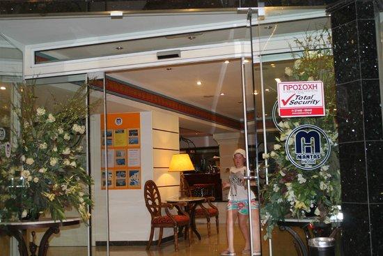 Mantas Hotel: Вход