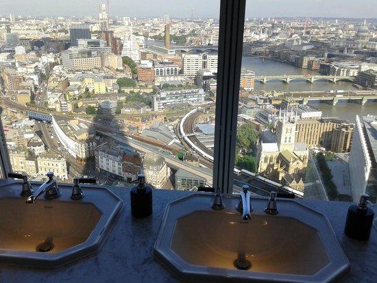 vue des wc picture of aqua shard london tripadvisor. Black Bedroom Furniture Sets. Home Design Ideas