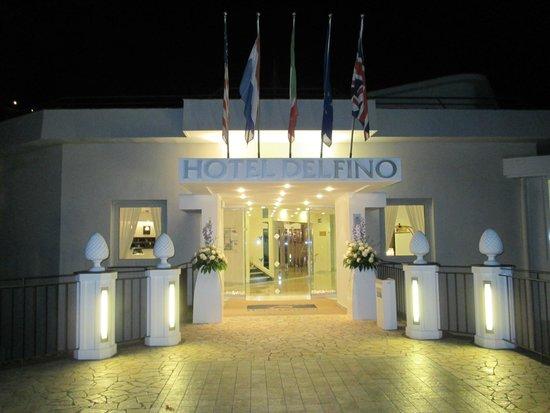 Hotel Delfino: Vorm Hotel!