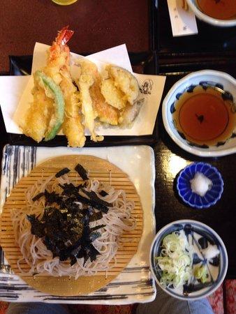 Sobajin: 口コミで見たそば神さんで食事しました!天ざるそば1,700円です。 トリップアドバイザーのシール貼って有りました!
