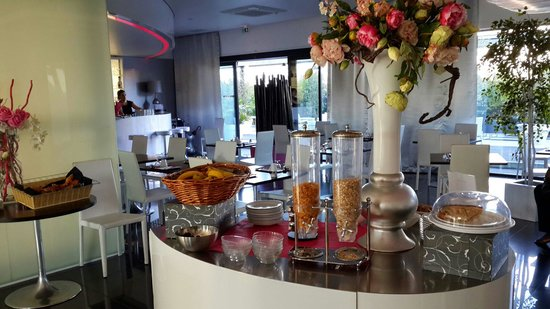 Best Western Plus Design & Spa Bassin D'Arcachon : Convenient breakfast set up