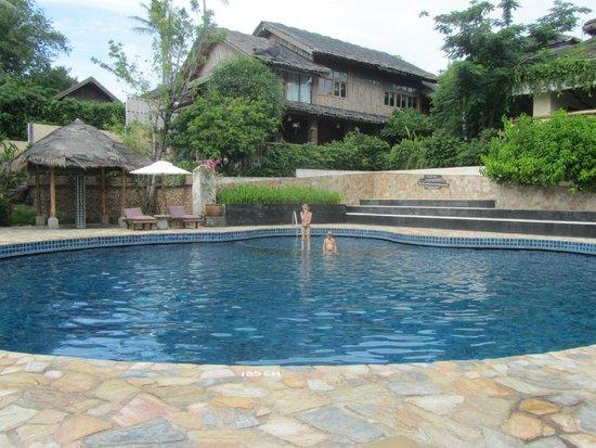 Coral Bay Resort: Warm en groot zwembad met ligbedden en parasols