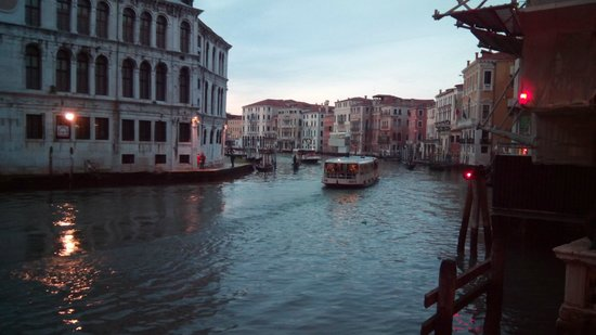 Hotel Rialto: Вид на канал с моста 'RIALTO'.Вечер.