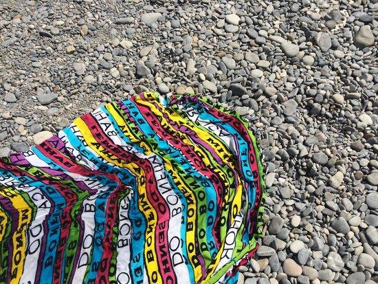 Blue Beach: O piso é de pedra, diferente das praias brasileiras, sugiro andar com um sapatinho próprio!