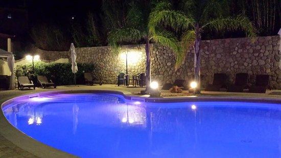 Borgo Eolie Hotel: panorama piscina di notte