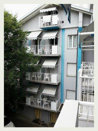 Hotel Athena: Vista dal balcone del 2°piano, retro hotel.