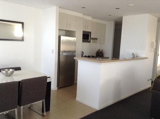 Meriton Suites Broadbeach: The kitchen area