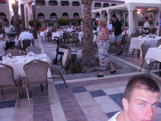 Sunrise Select Garden Beach Resort & Spa: on sundays the did a 'British night' evening meal
