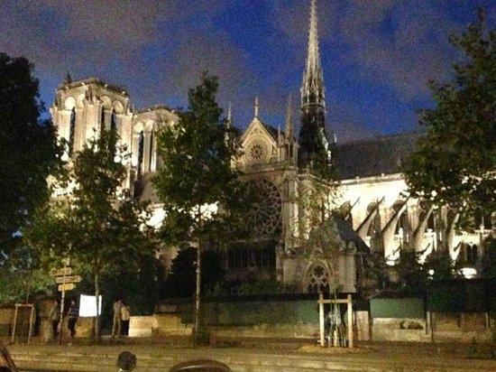 Quartier Saint-Germain-des-Prés : Notre Dame church seen at night