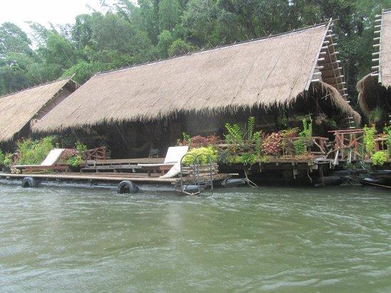 River Kwai Jungle Rafts Resort: Even naar je bungalow varen