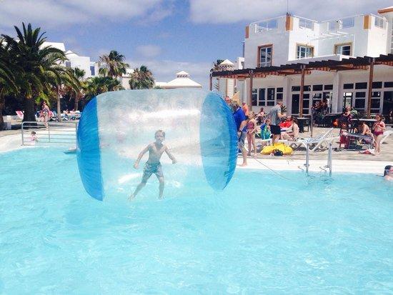 Apartamentos THe Morromar : Pool entertainment - but had to pay 5 euros for the privilege!