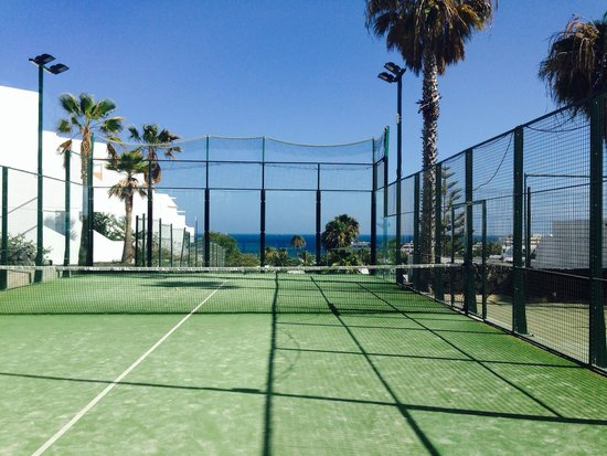 Apartamentos THe Morromar : Tennis court with a view!