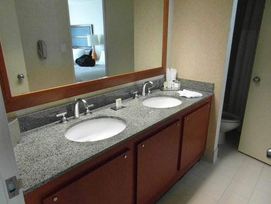 DoubleTree Suites by Hilton Hotel New York City - Times Square: bathroom