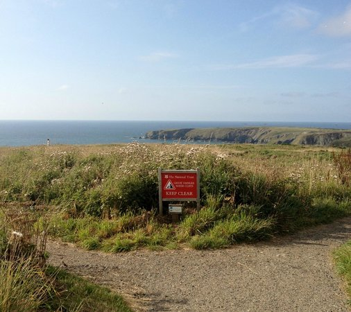 Carnewas and Bedruthan Steps: Warning sign heading to the Bedruthan steps