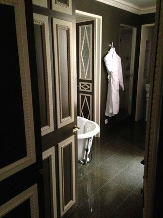 Hotel des Grands Hommes: Big comfortable bathroom