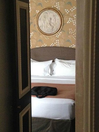 Hotel des Grands Hommes: Room seen from the bathroom