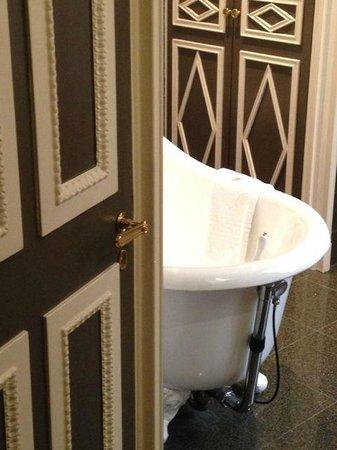 Hotel des Grands Hommes : Nice old style bathtub