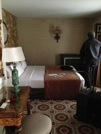 Hotel des Grands Hommes : Comfortable and well lighted room