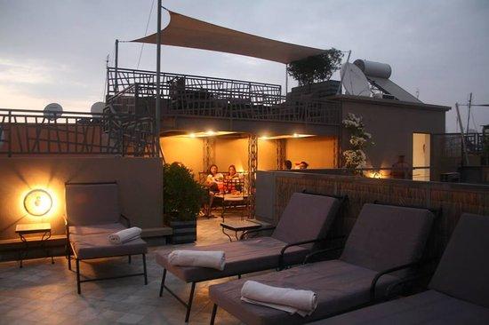 Riad Kasbah 117 Marrakech : la terrasse le soir très agreable