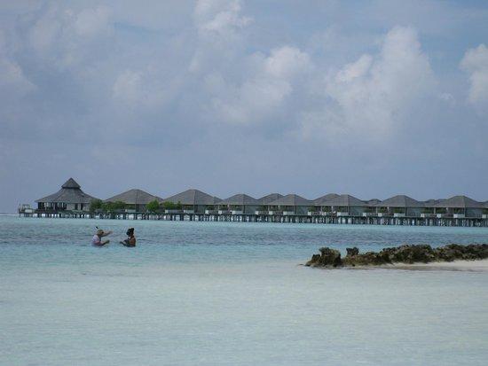 Sun Island Resort: Видна водные бунгало с нашего пляжа