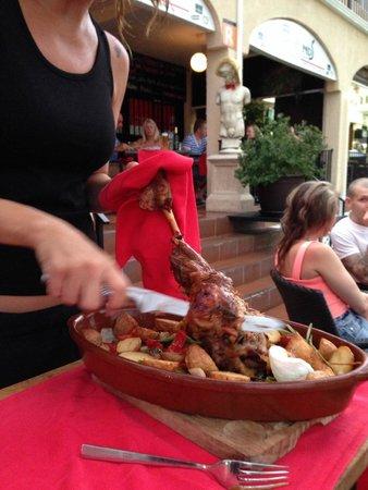 Friends Lounge Bar & Restaurant: Разделка бараньей ноги