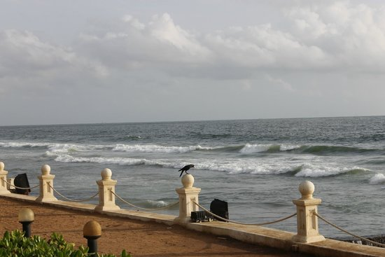 Galle Face Hotel Colombo: dashing waves