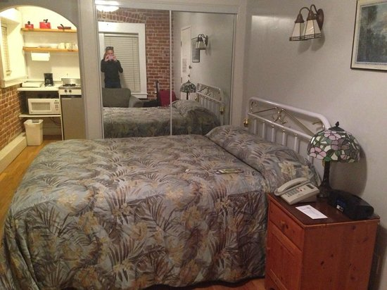 Venice Beach Suites & Hotel: Double bed, double cupboards with extra blankets and pillows
