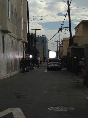 Venice Beach Suites & Hotel: standing in the alleyway looking to the right. Film being made