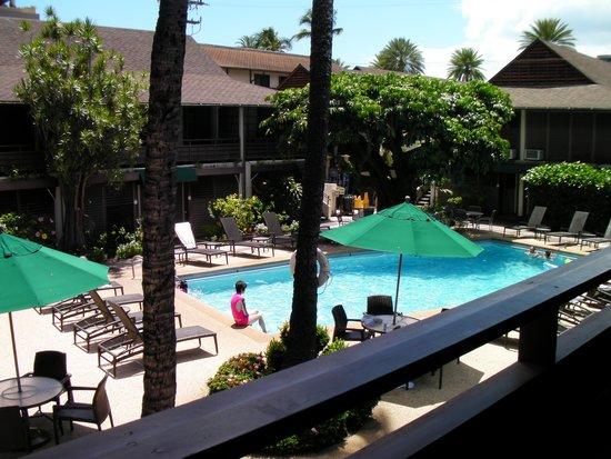 Breakers Hotel : 2階からプールを眺める