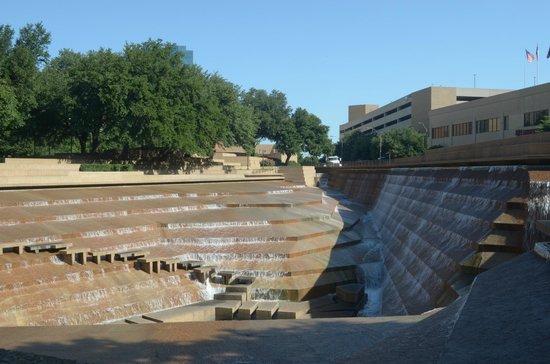 Fort Worth Water Gardens : cascata d'acqua
