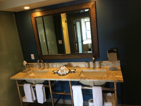 The Commons Hotel: Large bathroom