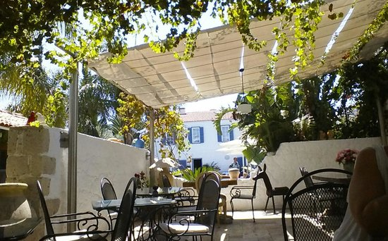 BeyEvi Hotel : the restaurant area overlooking the pool and annex