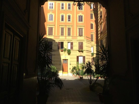 Casa di Silvia Bed&Breakfast : The view of yard.