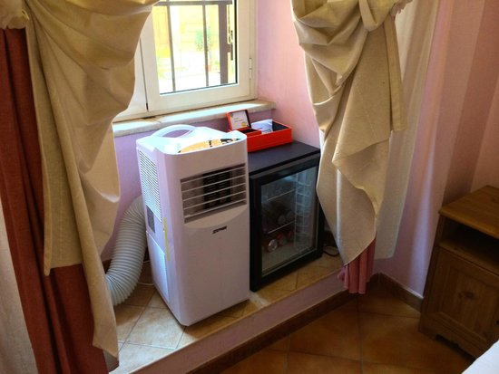 Casa di Silvia Bed&Breakfast : The air cooler and mini bar.
