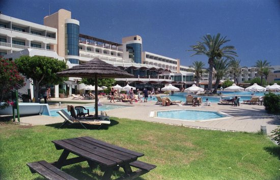Constantinou Bros Athena Beach Hotel: Pools at rear of Hotel - beach side
