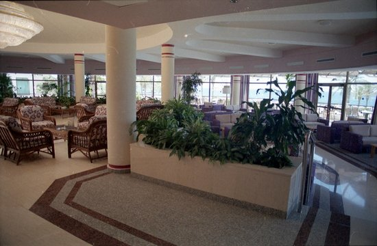 Constantinou Bros Athena Beach Hotel: Entrance lobby and large lounge area