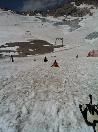 Zugspitze: Free sledding on the glacier