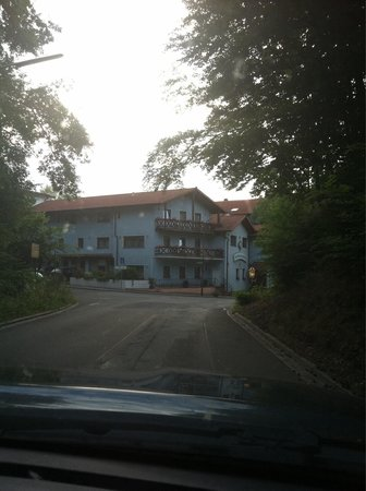 Hotel-Restaurant Barbarossahof: Driving in to the hotel