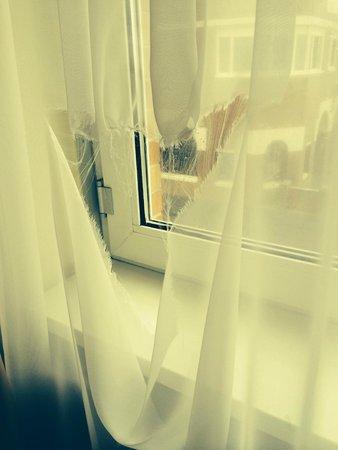 Grand Hotel Amrath Kurhaus The Hague Scheveningen: Blick auf die Gardine in unserem Zimmer