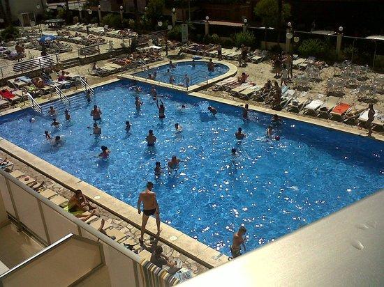 H·TOP Royal Beach: Main pool and sunbeds