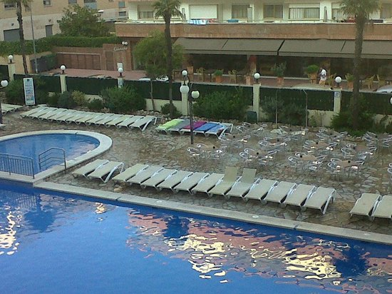 H TOP Royal Beach: Sunbeds and Main pool, there are Jacuzzi 's more sun beds and a small pool on the roof top