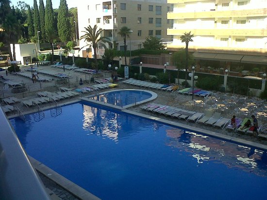 H·TOP Royal Beach: Main pool and sunbeds