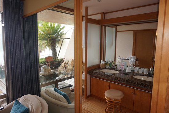 Kurofune Hotel: Well-equipped shower area next to the private on-sen