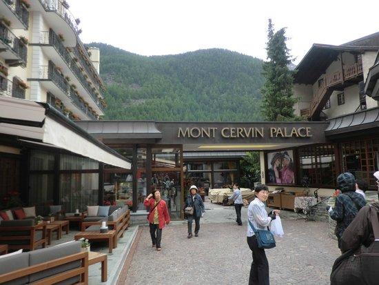 Hotel Mont Cervin Palace : 駅から10分ほどだが馬車でぽこぽこと揺られて到着