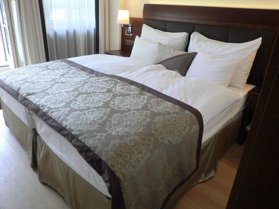 Hotel Mont Cervin Palace : リビングの隣に清潔なベッドルーム。左手のバルコニー越しにマッターホルンが良く見える