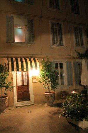 Chanteclair: courtyard at night