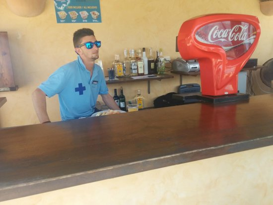 PortBlue Las Palmeras: Staff telling me he is busy having lunch!