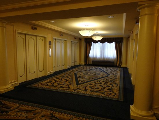 Boston Park Plaza: Classic elevator area