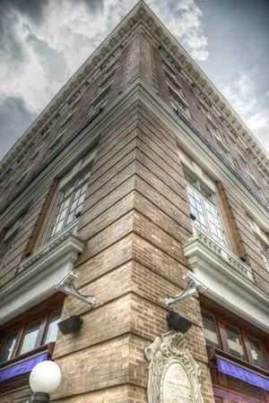 The Battle House Renaissance Mobile Hotel & Spa : Corner of building